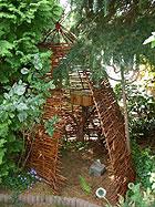 selbst gebaute Weidenhütte