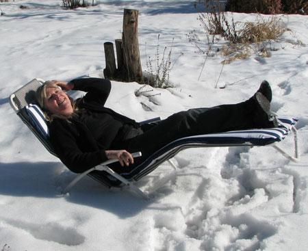 Auf dem Liegestuhl im Schnee