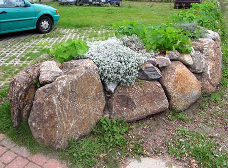 bepflanzte Natursteinmauer