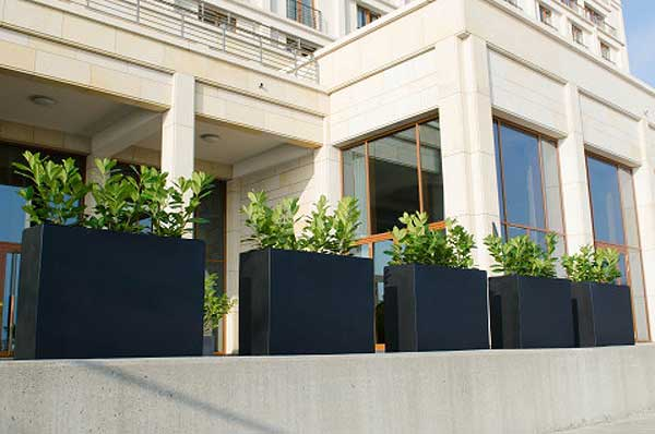 sichtschutz mit pflanzk beln im garten auf balkon und terrasse. Black Bedroom Furniture Sets. Home Design Ideas