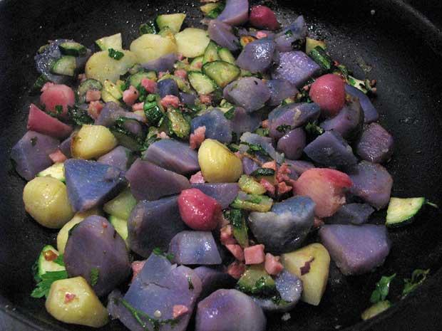 Gemüsepfanne mit blauen Kartoffeln
