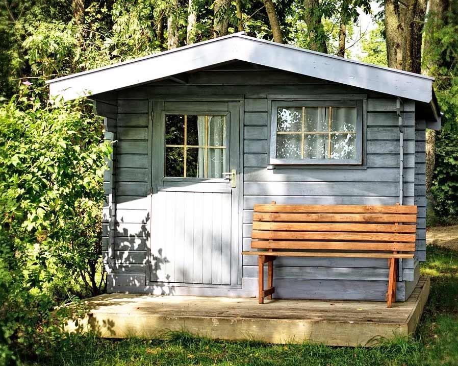 Gartenhaus mit kleinem Fenster